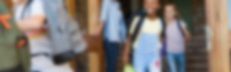 Kinderen rennen uit school