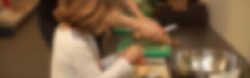 Kind aan het koken met de juf
