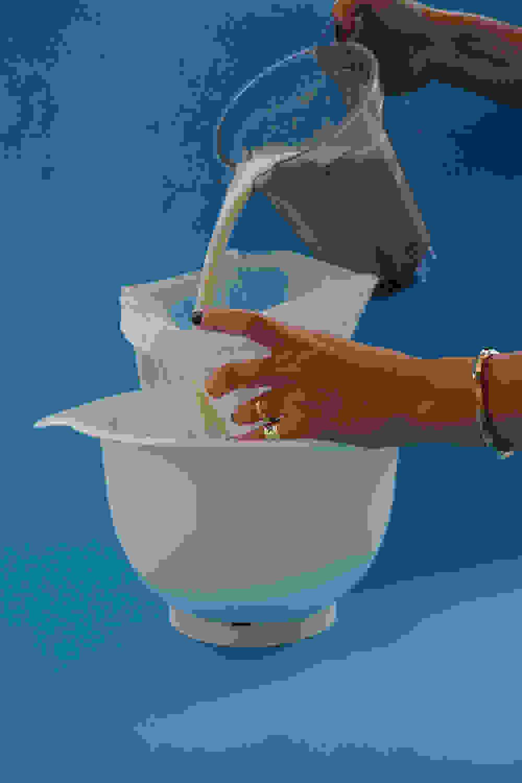 מוזגת חלב לשקית חלב שקדים