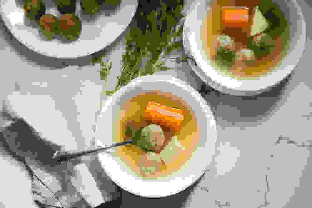 שתי קערות מרק ללא עוף עם קניידלך טבעוני