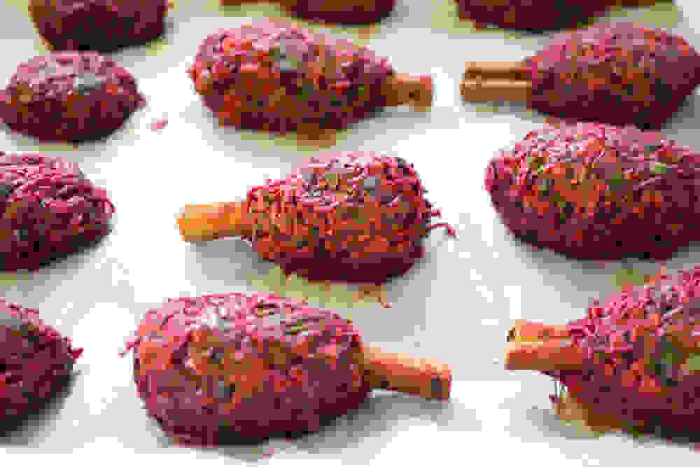 קבבוני סלק טבעוניים על מקלות קינמון לפני בישול