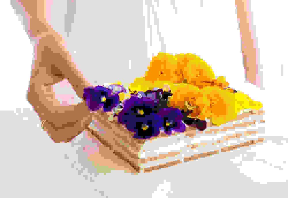 עוגת ביסקוויטים טבעונית וחגיגית מקושטת בפרחים אכילים