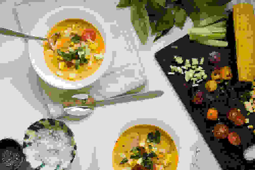 מרק גספצ'ו טבעוני קר עם תוספות של תירס, עגבניות, מלפפון ובזיליקום