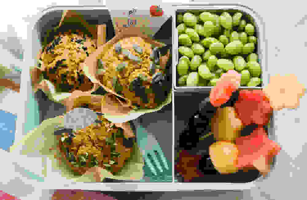 הצעת הגשה בקופסת אוכל למאפינס דלעת טבעוניים עם אדממה ופירות טריים