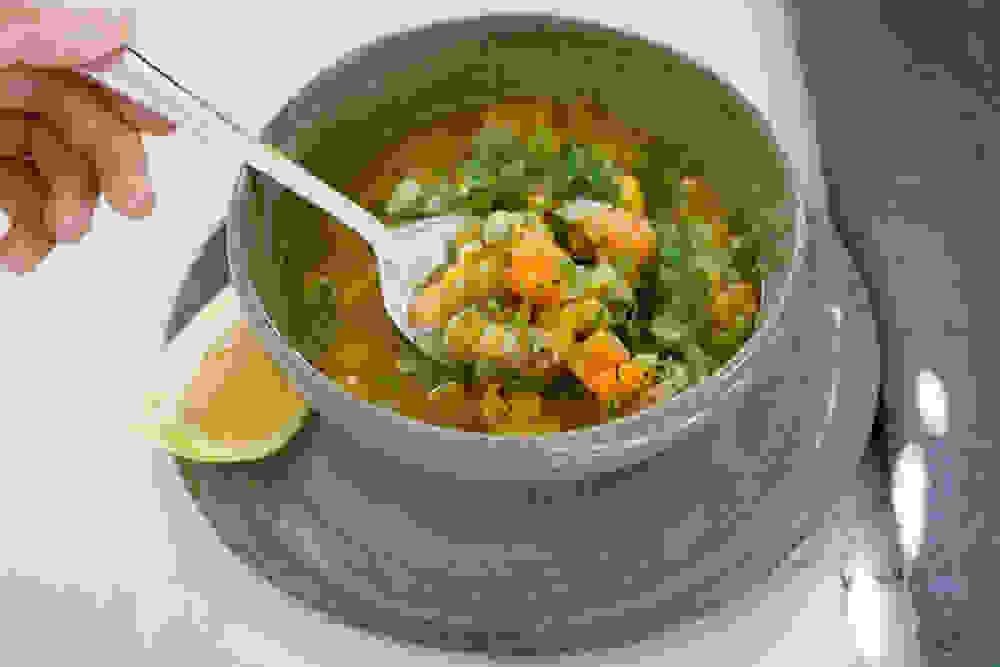 מרק אפונה יבשה טבעוני עם שמיר ולימון
