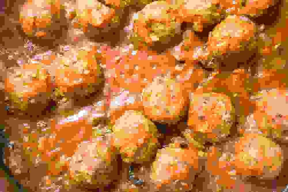 מיט בולס כדורי בשר טבעוני בסיר עם רוטב עגבניות
