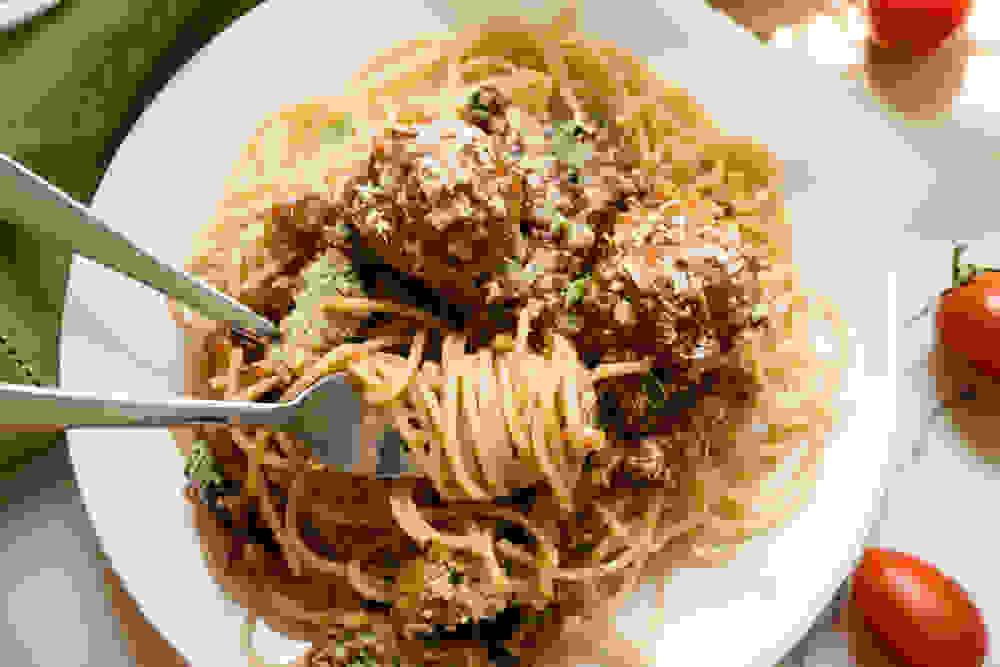 ספגטי ברוטב מיטב בולס ועגבניות טבעוני מגולגל על המזלג