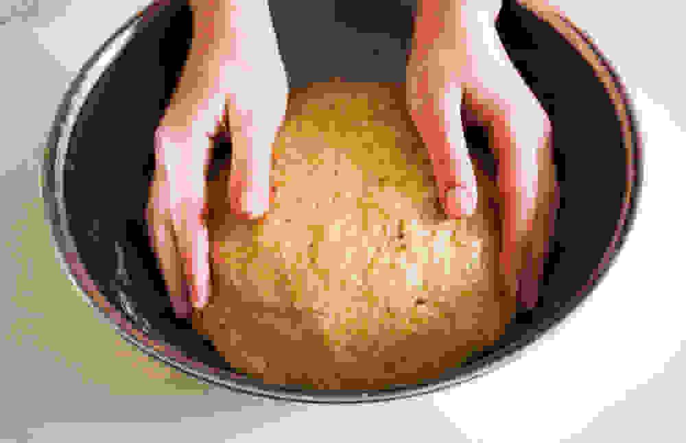 ידיים מעל בצק תפוח
