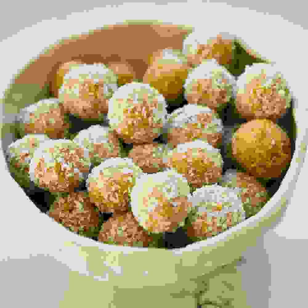 כדורי חלבון בטעם מנגו-ליים-קוקוס מוגשים בקערה