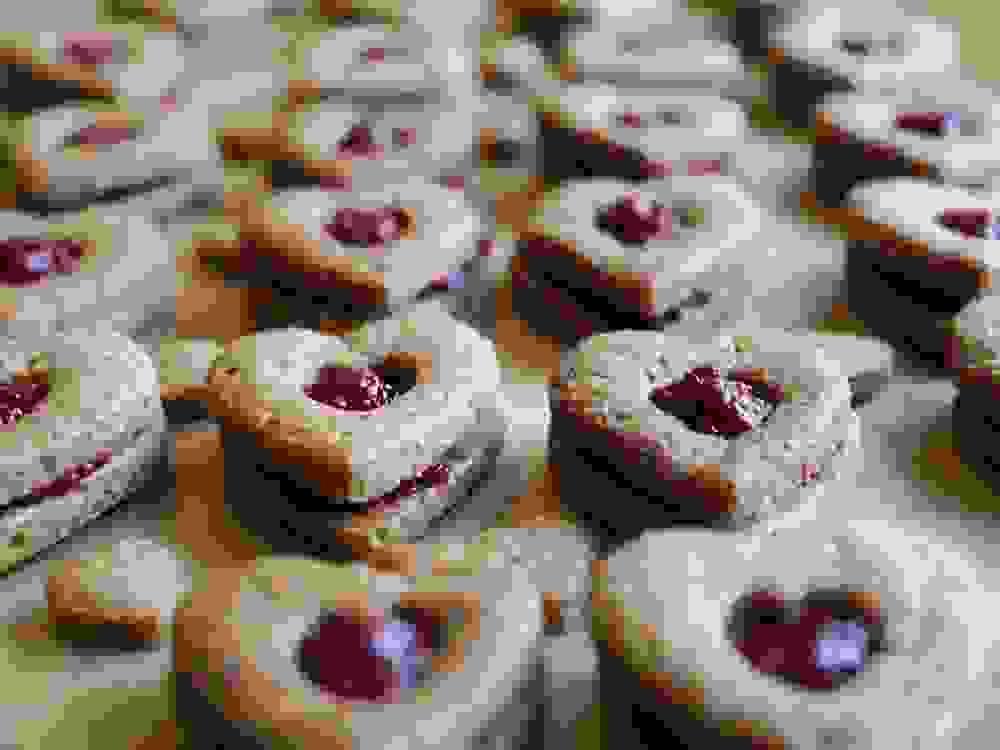 עוגיות לינזר טבעוניות בצורת לב עם ריבה
