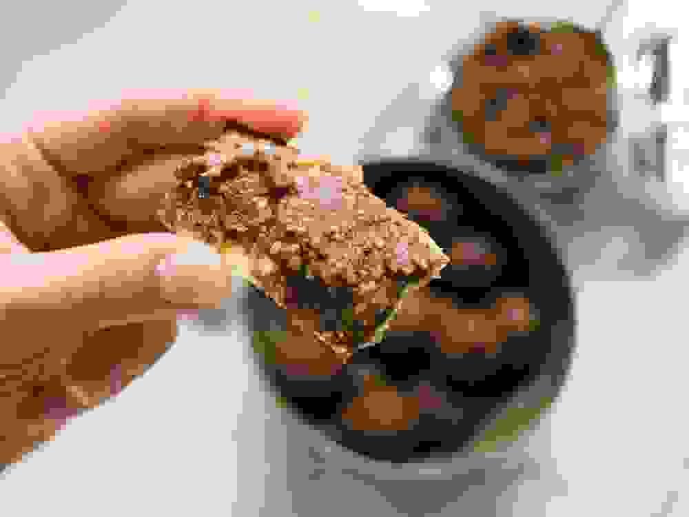 חרוסת מרוחה על חתיכת מצה