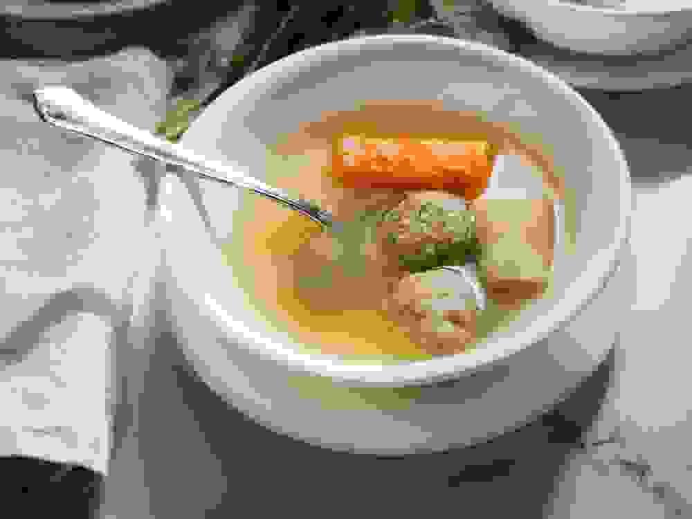 קערת מרק ללא עוף עם קניידלך טבעוני
