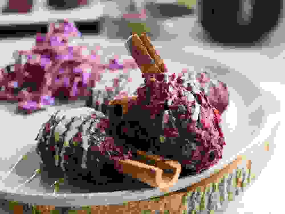 קבב סלק טבעוני על מקלות קינמון עם טחינה לצד סלט כרוב אדום