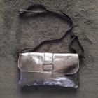 Sac en bandoulière en cuir GENUINE LEATHER gris foncé argenté métalisé