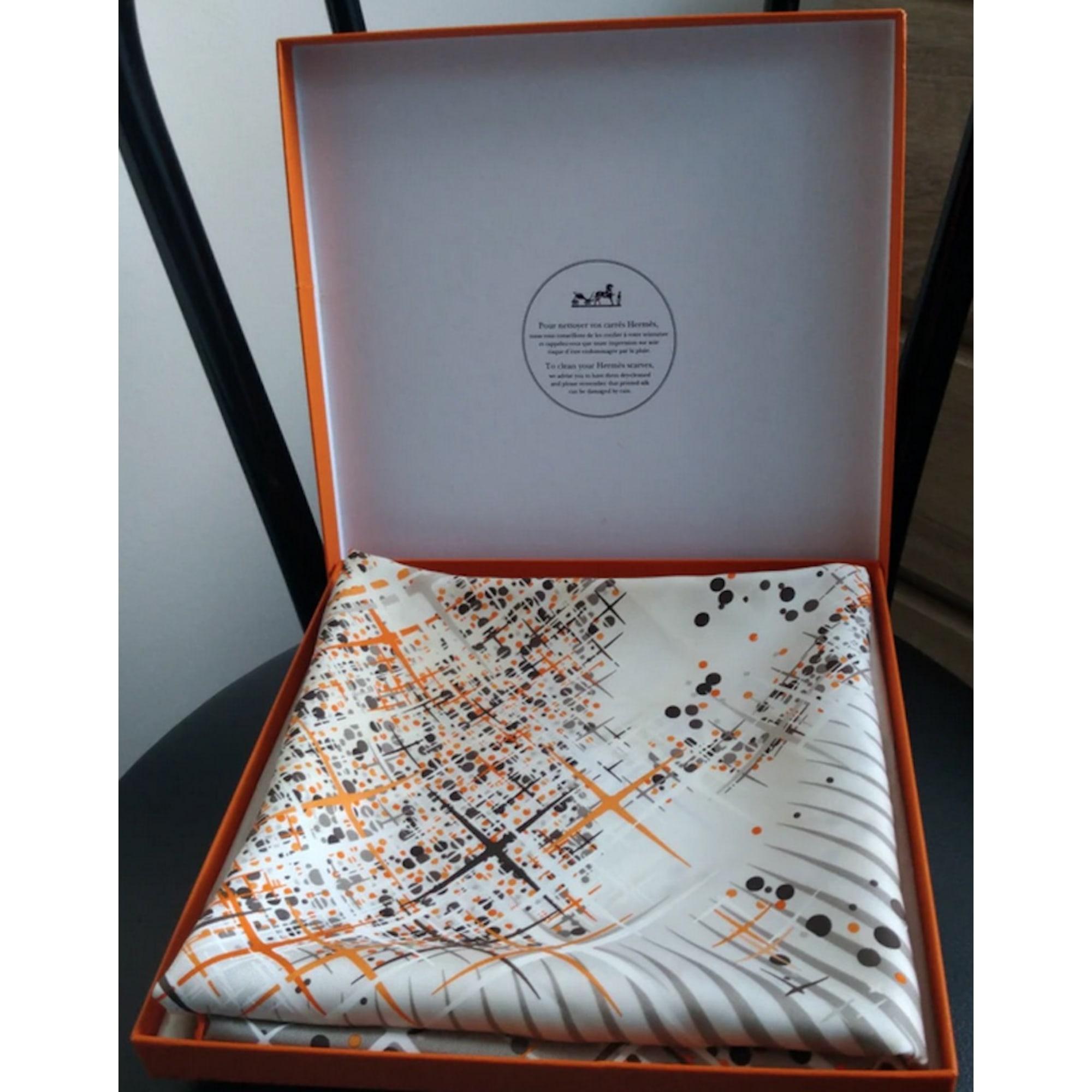 Foulard HERMÈS Carré gris perle/taupe/orange