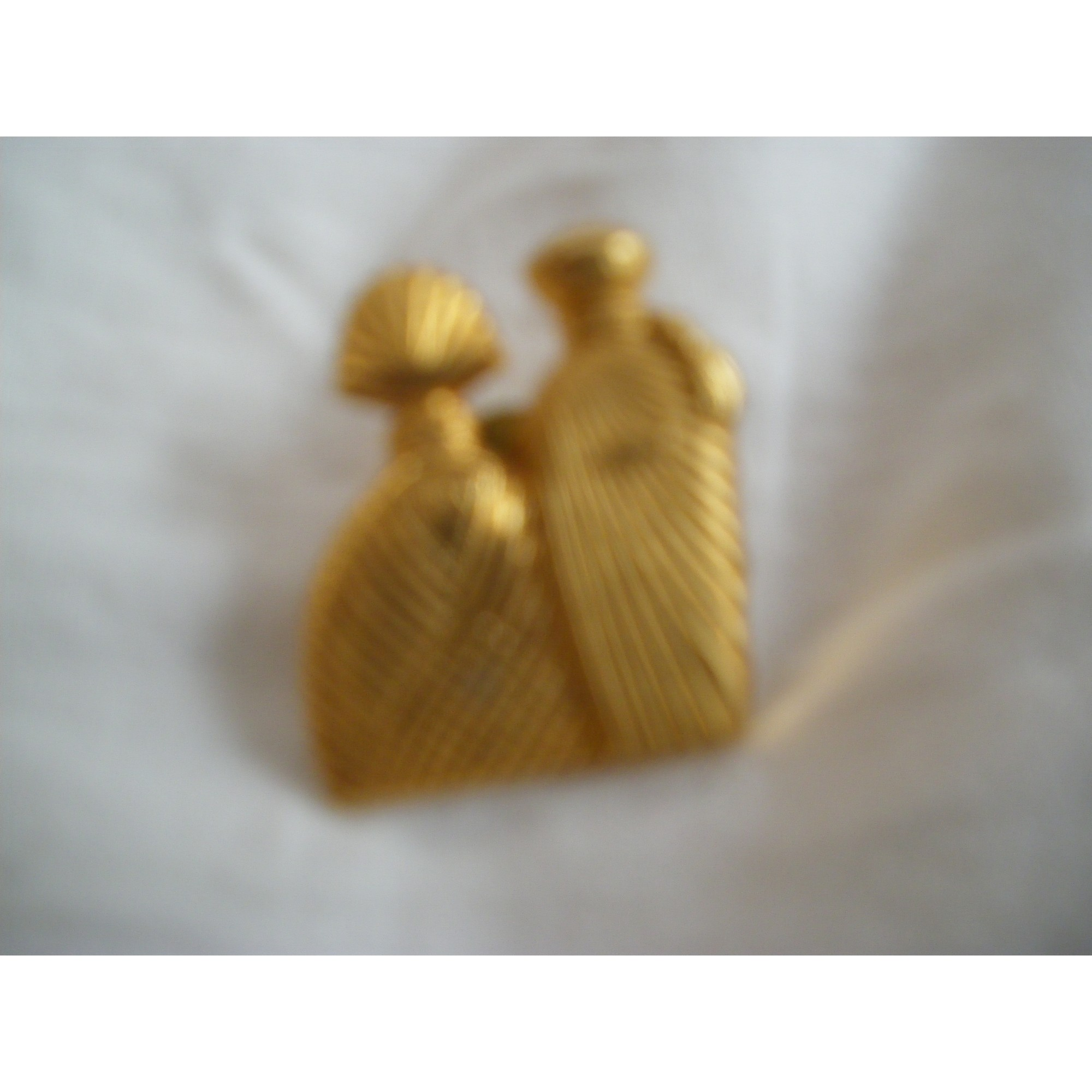 Pin's UNGARO Doré, bronze, cuivre