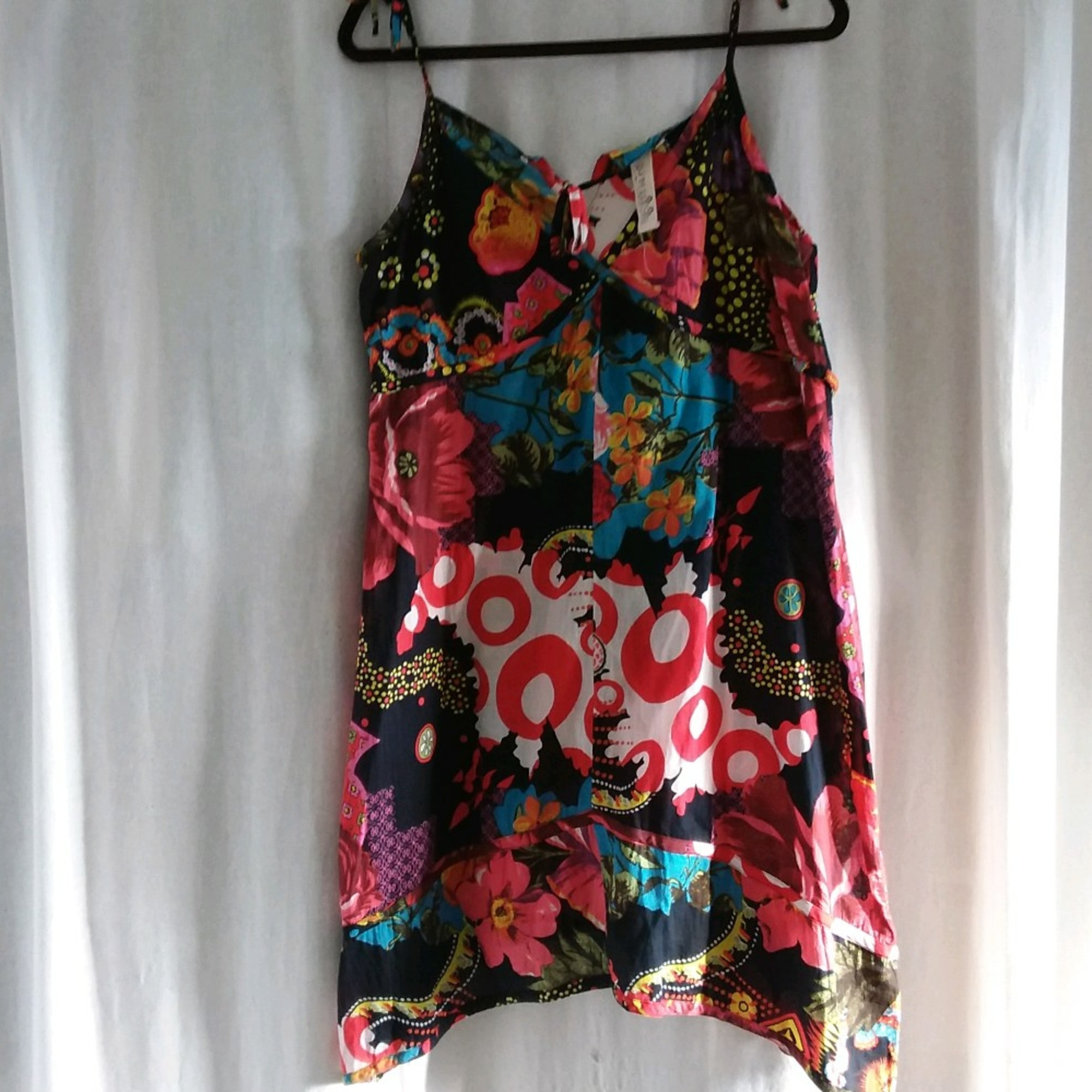 Robe courte RHUM RAISIN fond noir avec motifs rouge bleu rose vert jaune