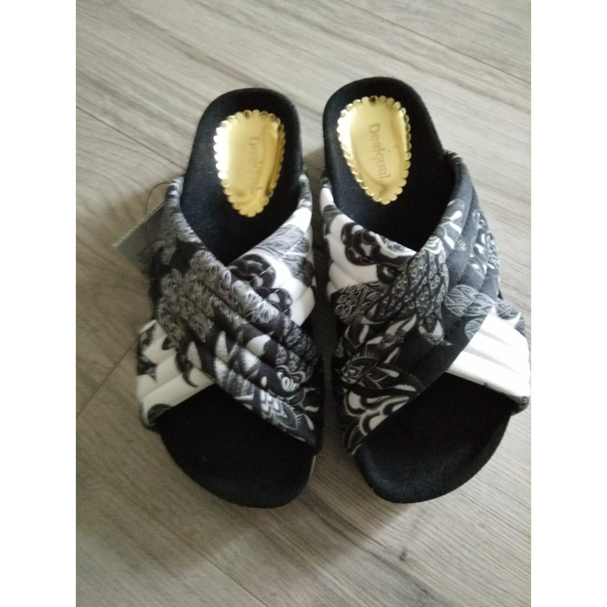 Sandales plates  DESIGUAL noire et blanche