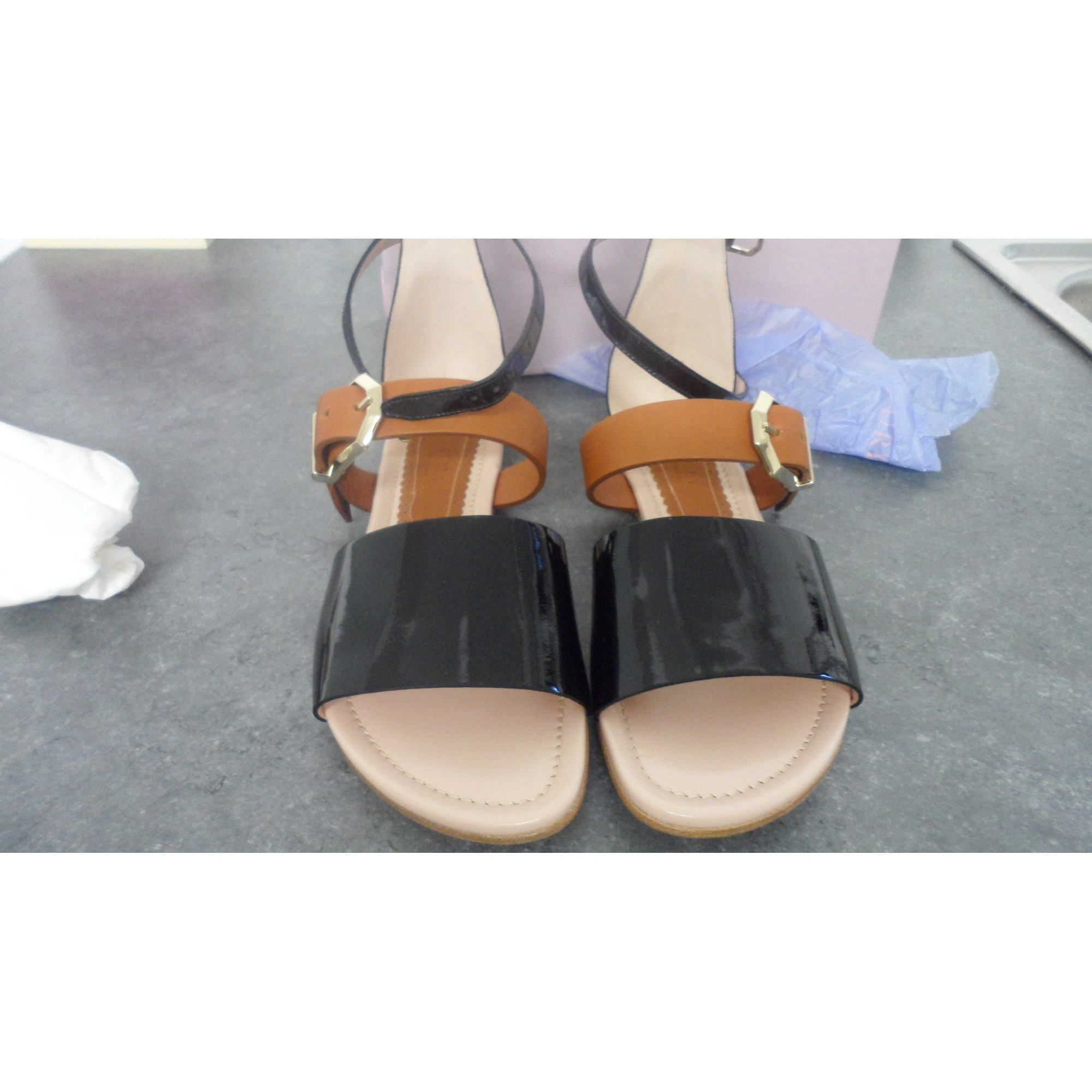 Sandales plates  FURLA vernie noir  et beige