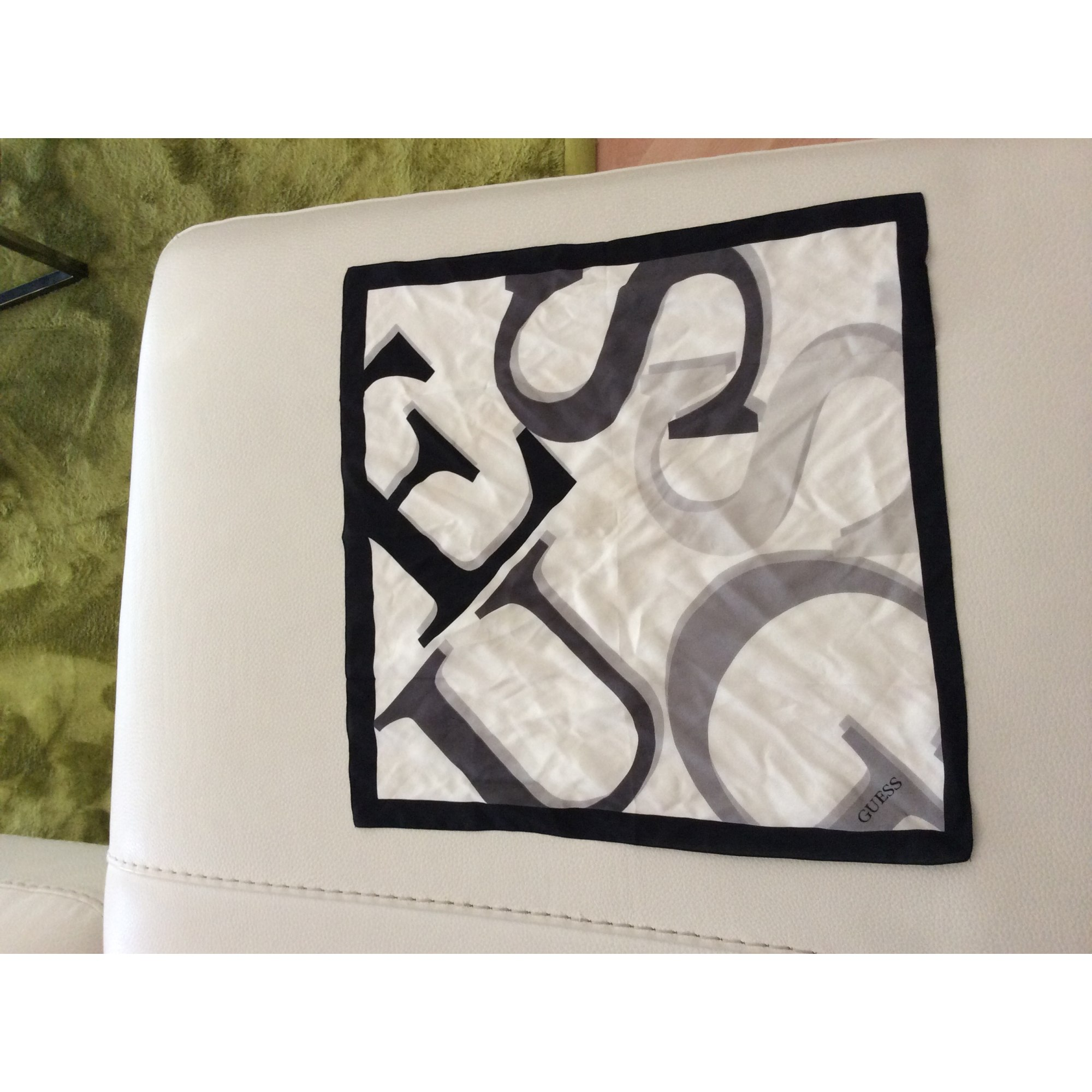 0975bd47a28 Foulard GUESS blanc vendu par Anita s - 2709639
