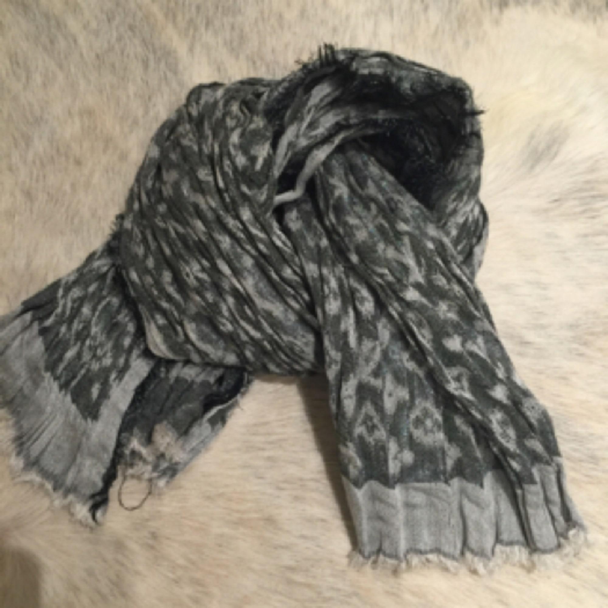 Echarpe LOUIS VUITTON gris vendu par Samantha 19193848 - 4167740 51c4d723cca