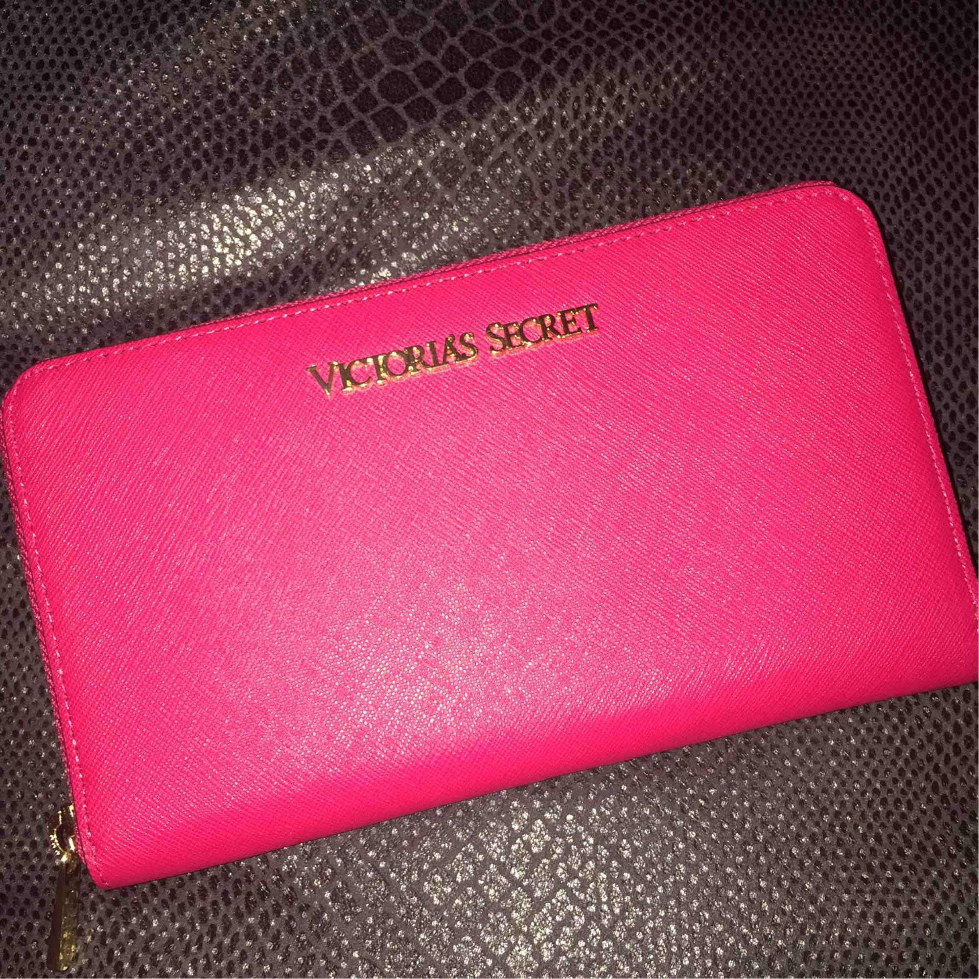 fd1c86b316e Portefeuille VICTORIA'S SECRET rose vendu par Sabrina 826 - 5161249