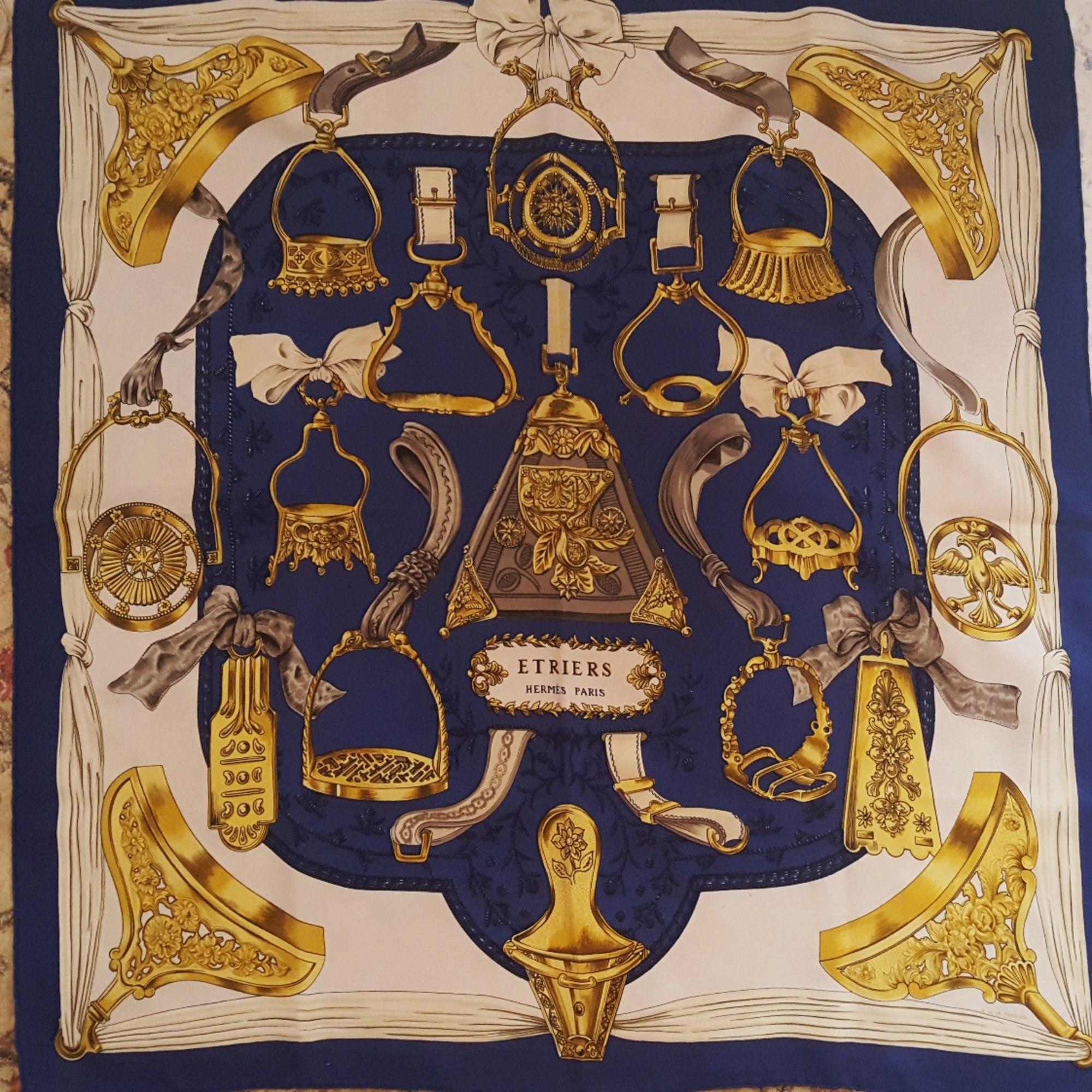 Foulard HERMÈS bleu vendu par Le videdressing de luxe - 6739746 71c0c50d9ad