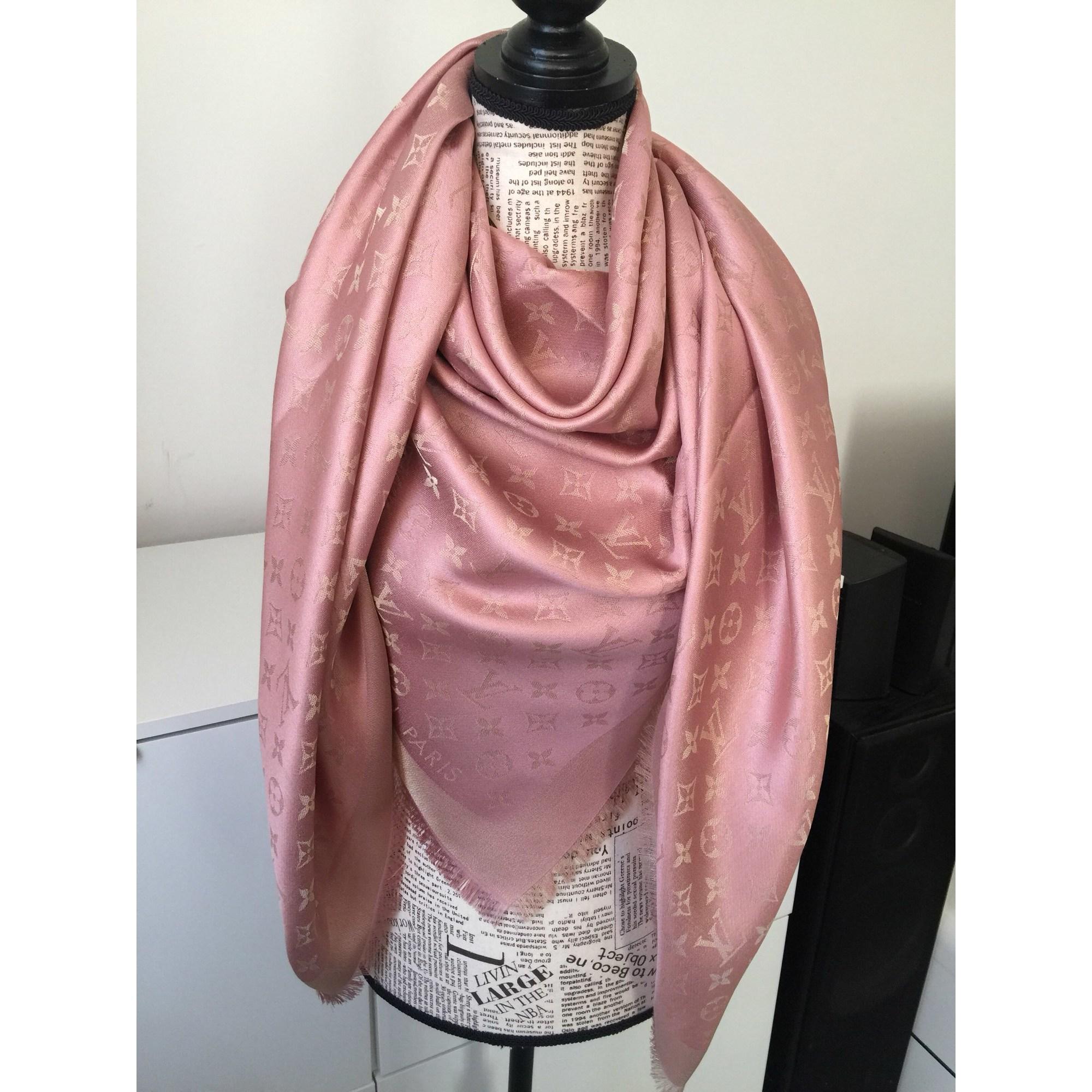 Foulard LOUIS VUITTON rose vendu par Sophie27 - 7094915 d8708814fa3