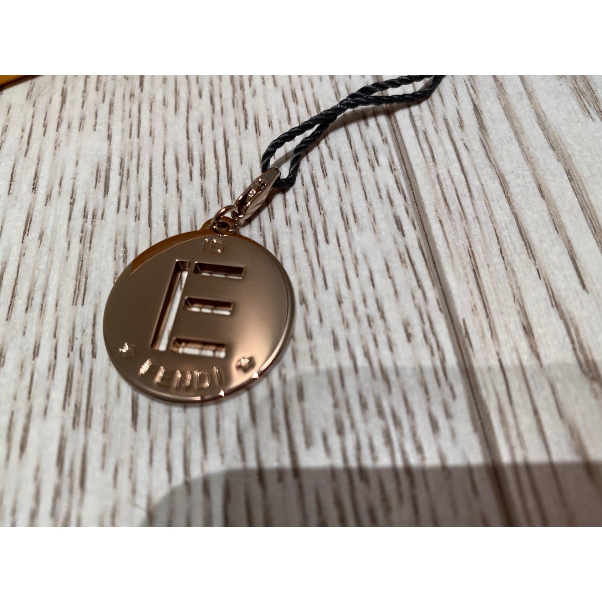 Pendentif, collier pendentif FENDI métal doré