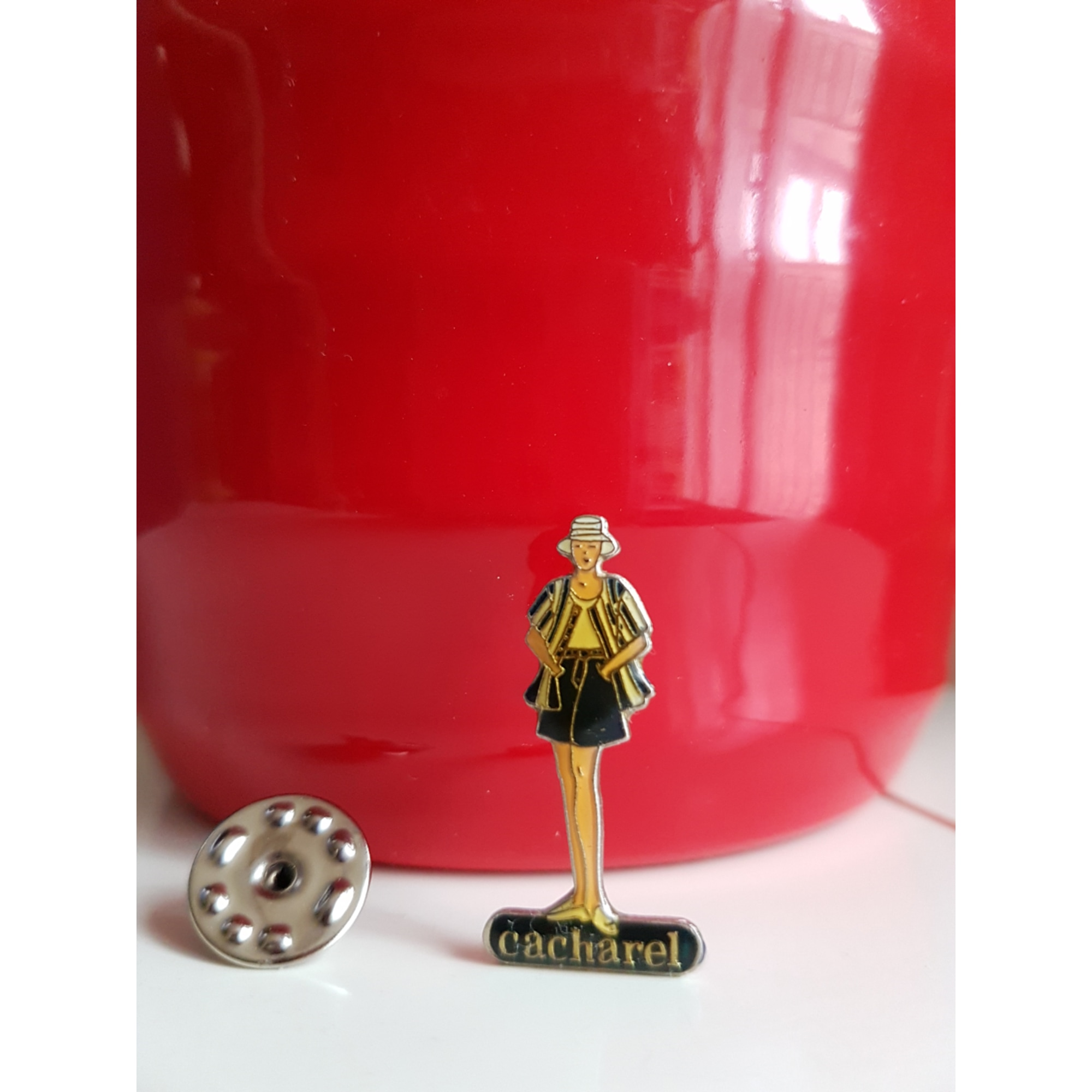 Pin's CACHAREL Multicouleur