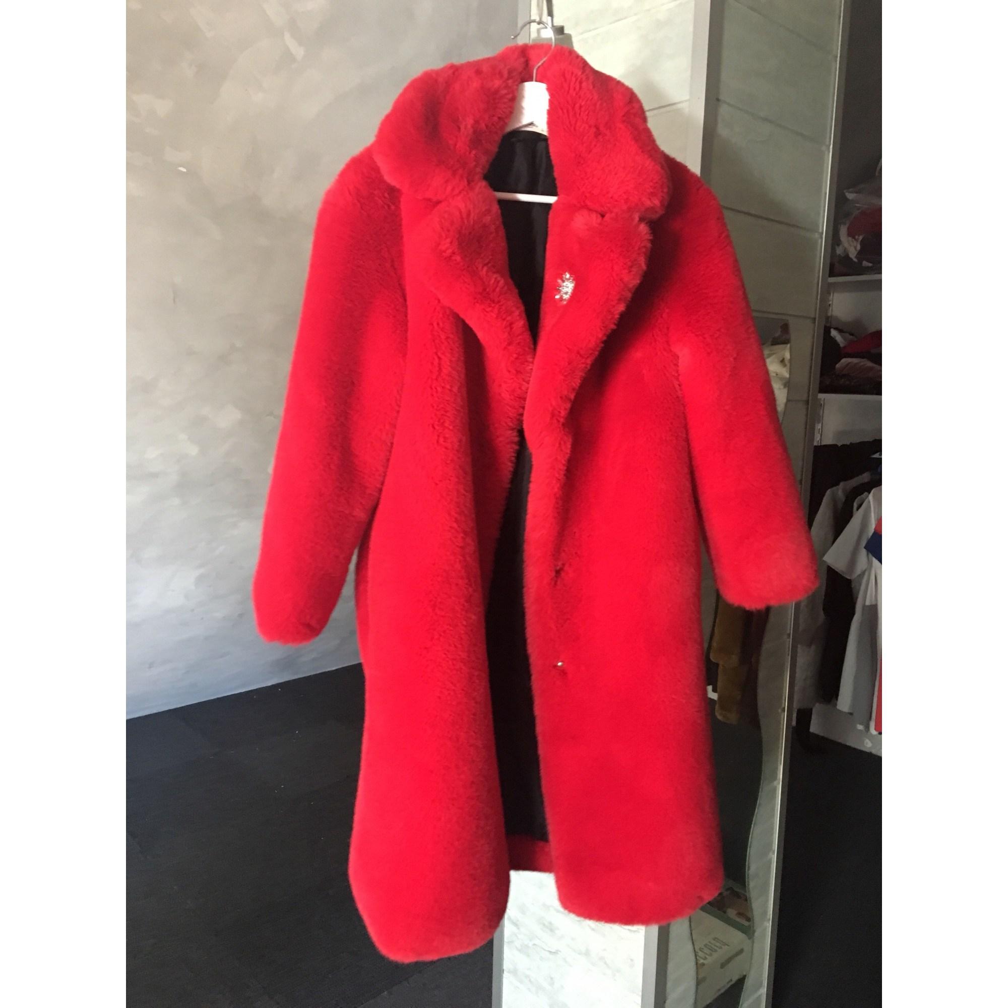 manteau avec fourrure rouge