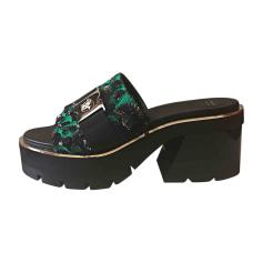 Sandali con tacchi VERSACE Nero