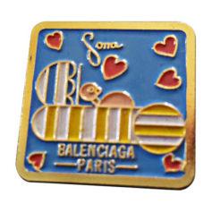 Pin's BALENCIAGA Doré, bronze, cuivre
