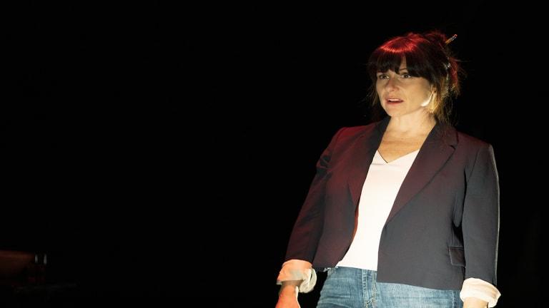 Pièce de théâtre J't'aime encore, l'actrice Marie-Joanne Boucher dans la lumière.