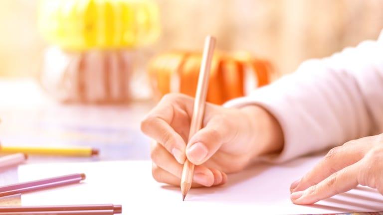 Mains en train d'écrire.