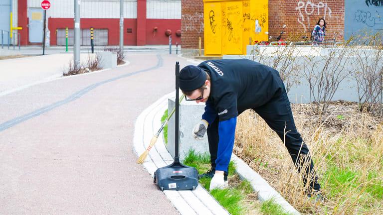 Homme qui participe à une corvées de nettoyage