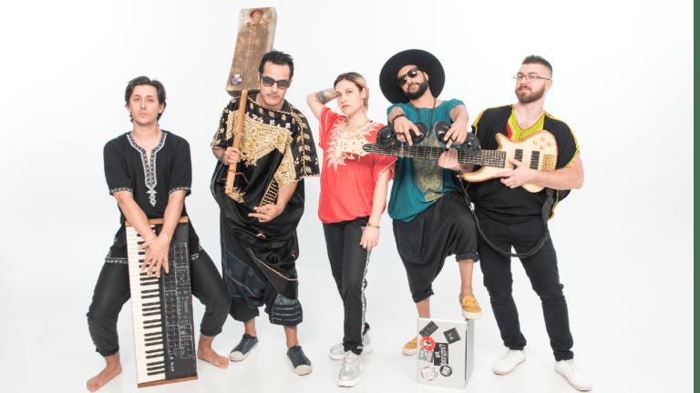 Groupe de musique Wu-sen & the Fam, cinq membres du groupe posant avec leur instruments.