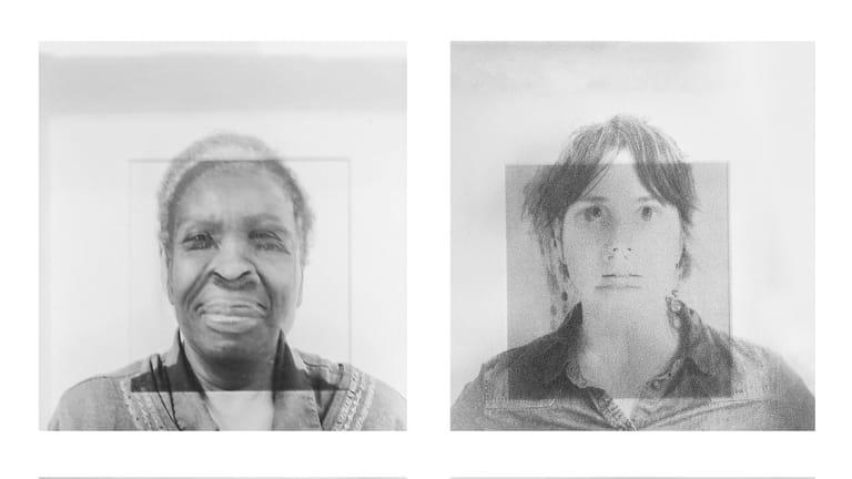 Exposition Stéréotypia de Mariza Rosales Argonza et Nora Golic. Photo noir et blanc de deux personnes.