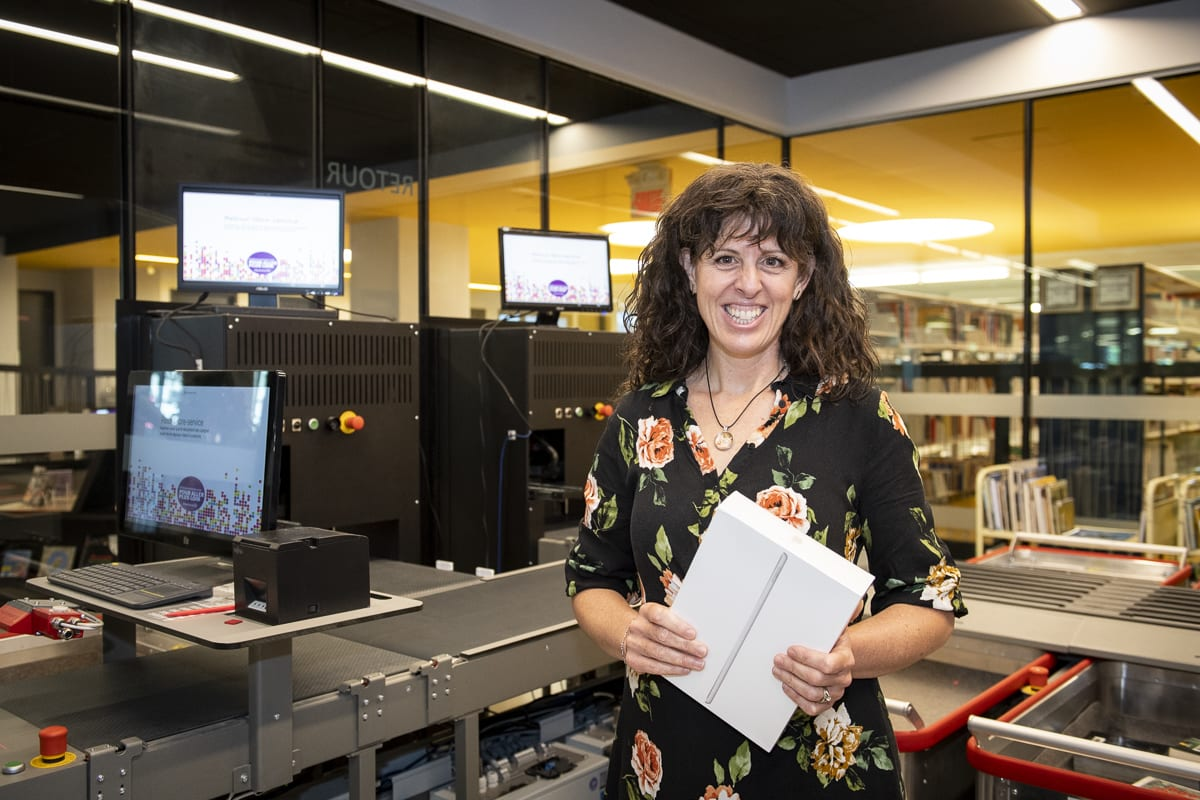 Photo de G. Lacroix-Brisson, grande gagnante du concours Nommez le robot de retour automatisé de la bibliothèque d'Ahuntsic