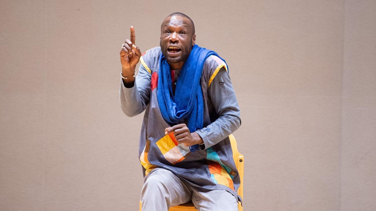 Portrait de Thierno Diallo racontant l'un de ses contes.