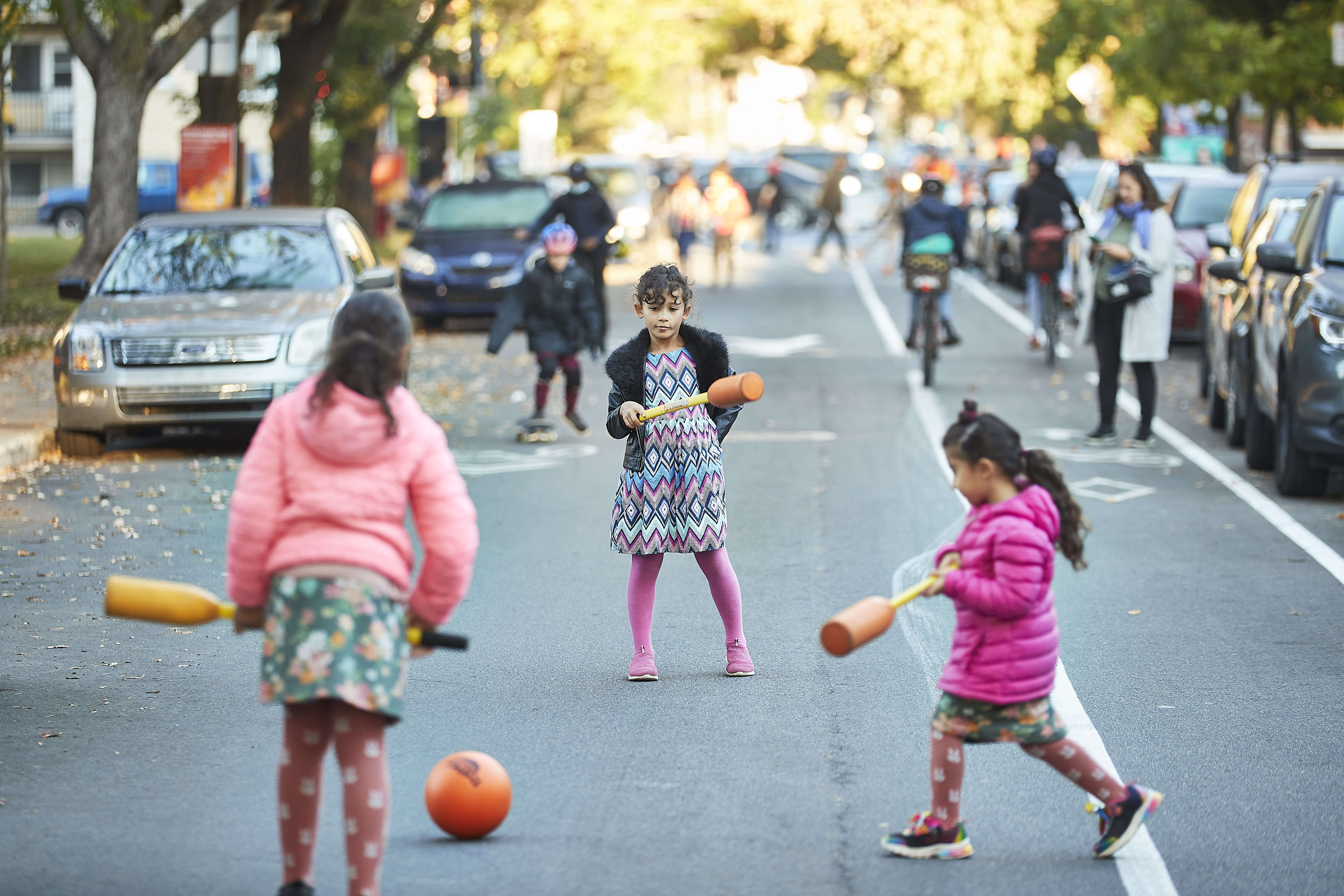 Enfants qui jouent dans la rue-école