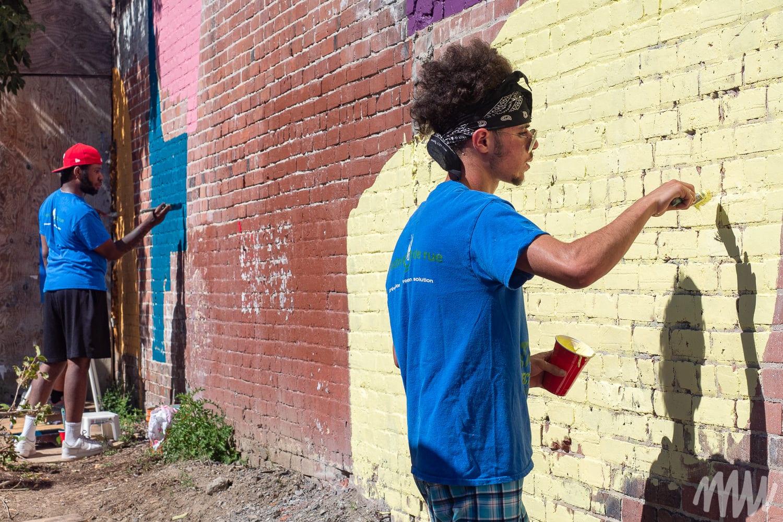 Les jeunes de Spectre de rue participant à la murale
