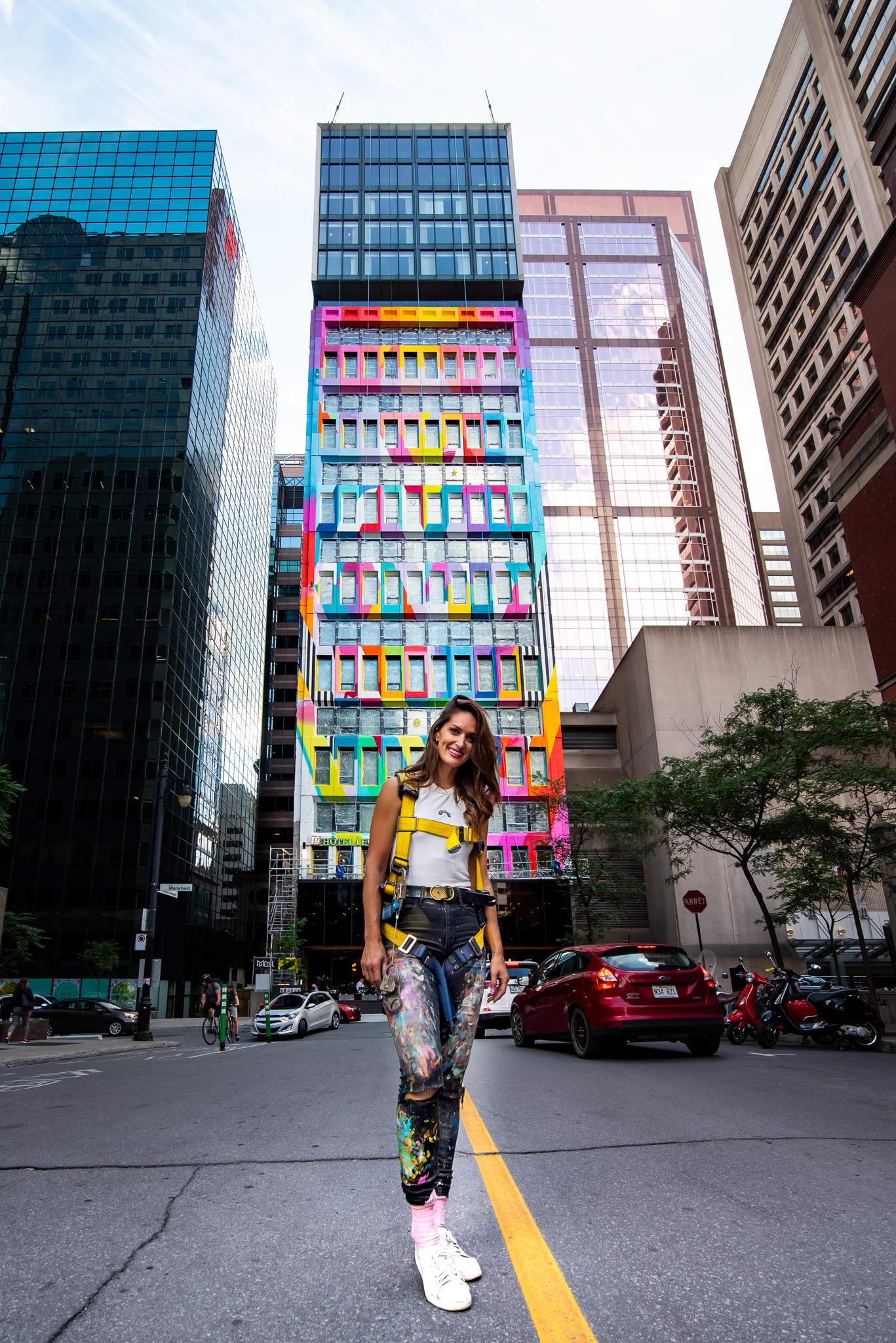 L'artiste Michelle Hoogveld posant devant sa murale