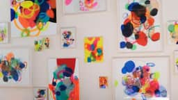 Plusieurs toiles abstraites et très colorées de l'artiste Tania Girard Savoie