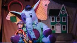 Éléphant qui enlace une mignonne marionnette
