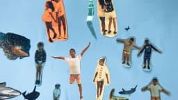 Collage de photos d'enfants sur papier bleu