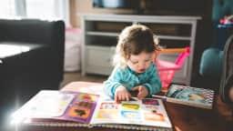 Un enfant lit un livre.