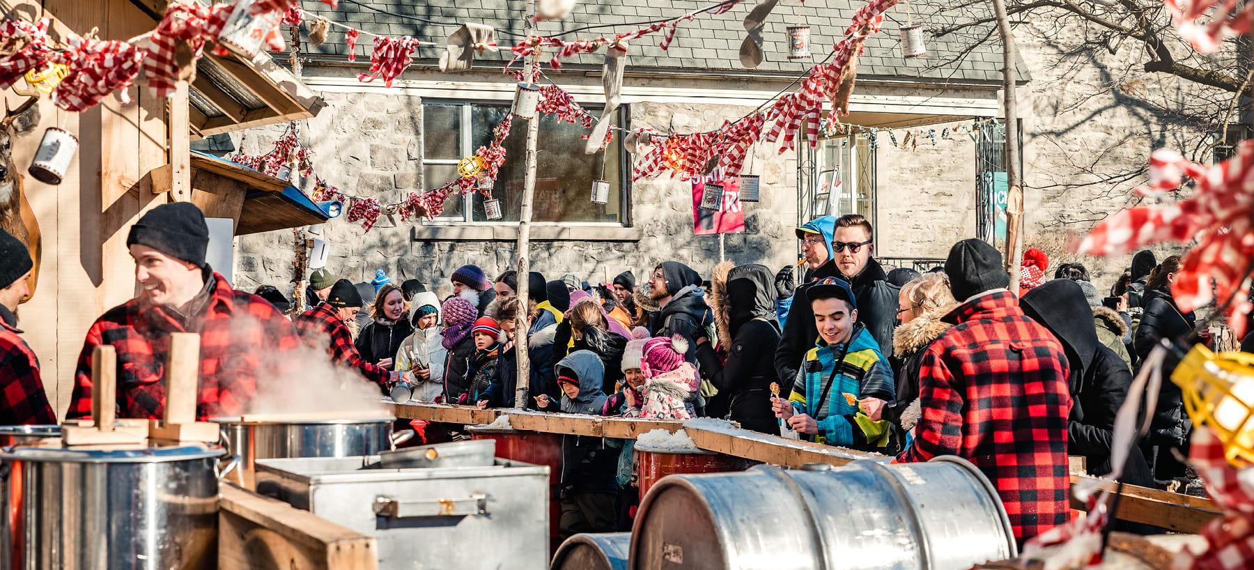 Un groupe à la cabane à sucre dans une rue à Montréal