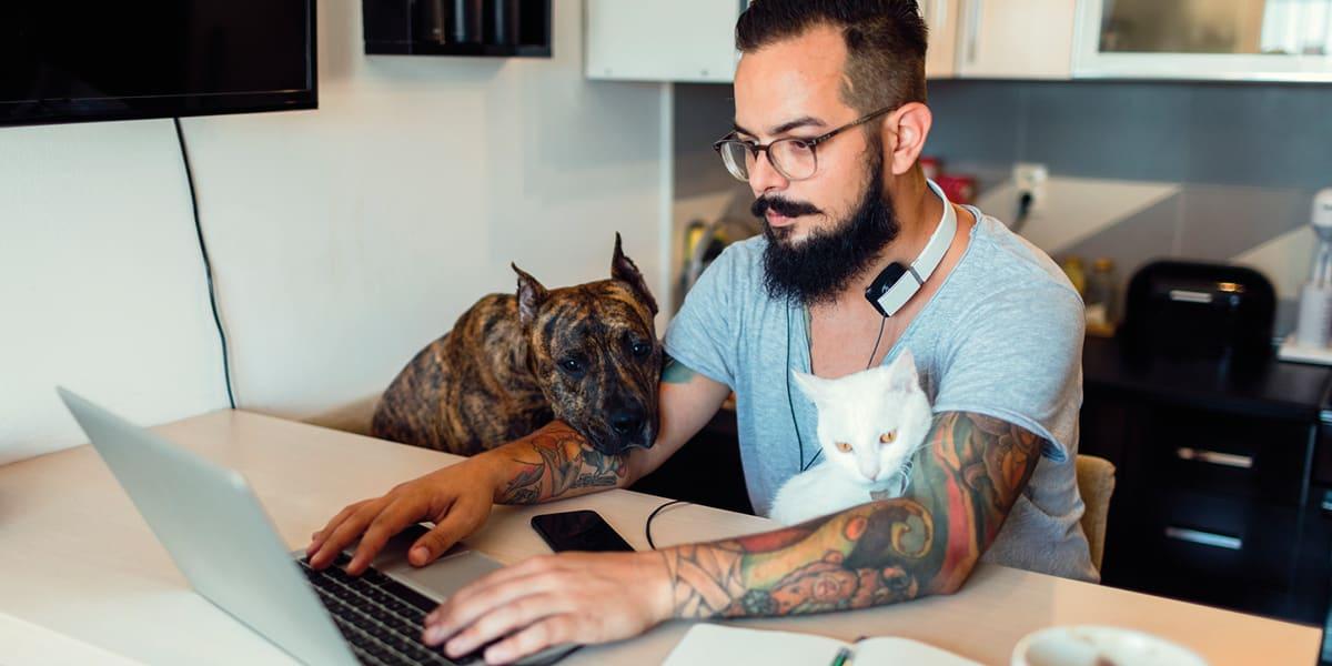 Un homme avec un chien et un chat