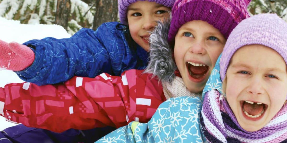 Trois enfants dans la neige